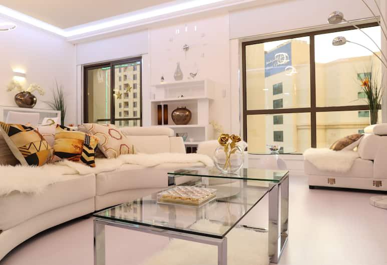 Luxury Automated Beachfront 2 BedRooms flat Jacuzzi -JBR - Marina -Dubai, Dubajus, Prabangaus stiliaus apartamentai, 2 miegamieji, su patogumais neįgaliesiems, dalinis vaizdas į jūrą, Svetainė