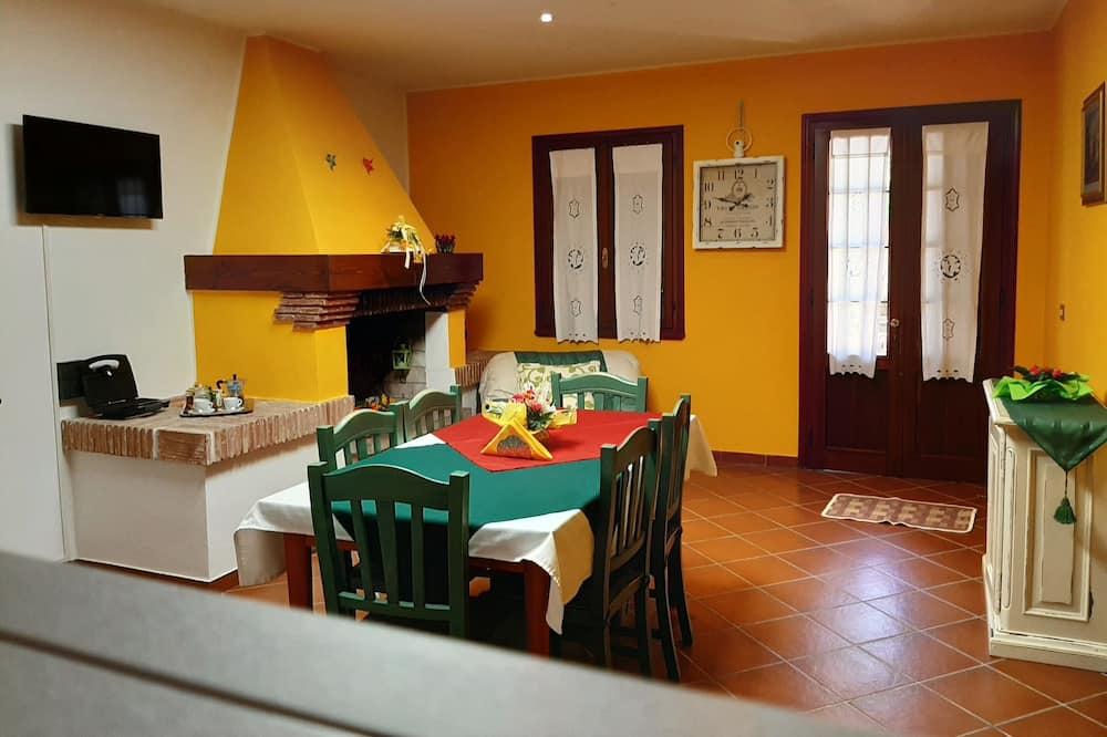 Čtyřlůžkový pokoj typu Deluxe, více lůžek, nekuřácký, výhled do dvora - Obývací prostor