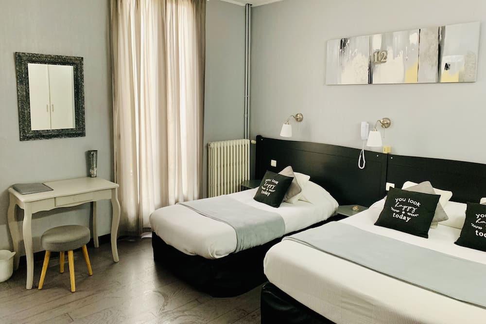 Trivietis kambarys su patogumais, Kelios lovos, Nerūkantiesiems, vaizdas į sodą - Svečių kambarys