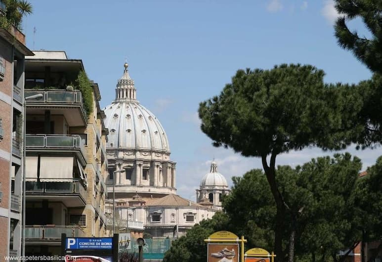 Large Apartments St. Peter, Rome, Comfort Apartment, 2 Bedrooms, 2 Bathrooms, Ground Floor (Vicolo del Gelsomino 50), City View