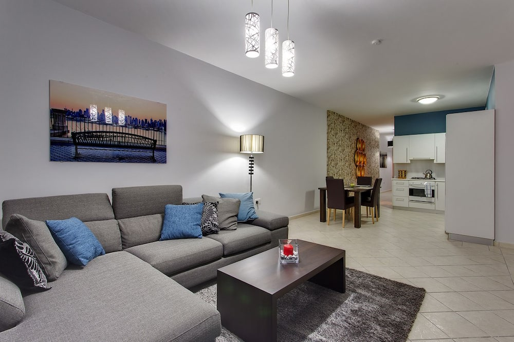 Apartment, 2 Bedrooms, Balcony, Harbour View - Living Area