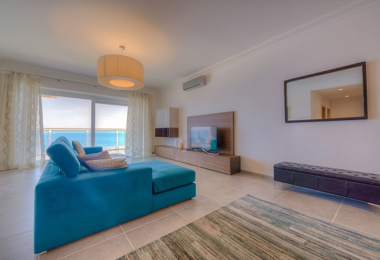 Seafront Luxury Apartment With Pool, Sliema