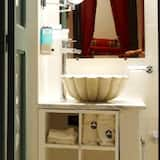 Standardzimmer - Waschbecken im Bad