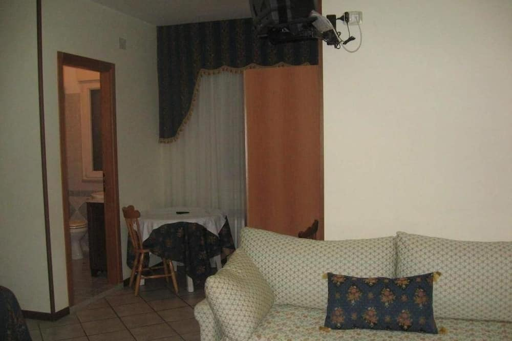 Studio, Multiple Beds, Mountain View - Living Area