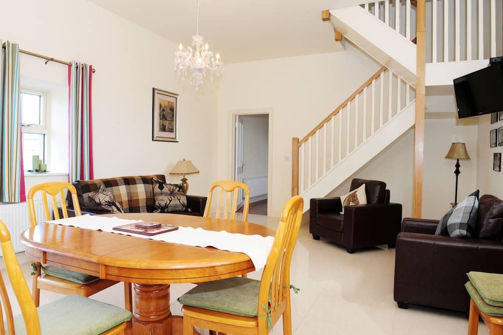 Standard-talo, 4 makuuhuonetta, Keittiö, Piha-alue - Oleskelualue
