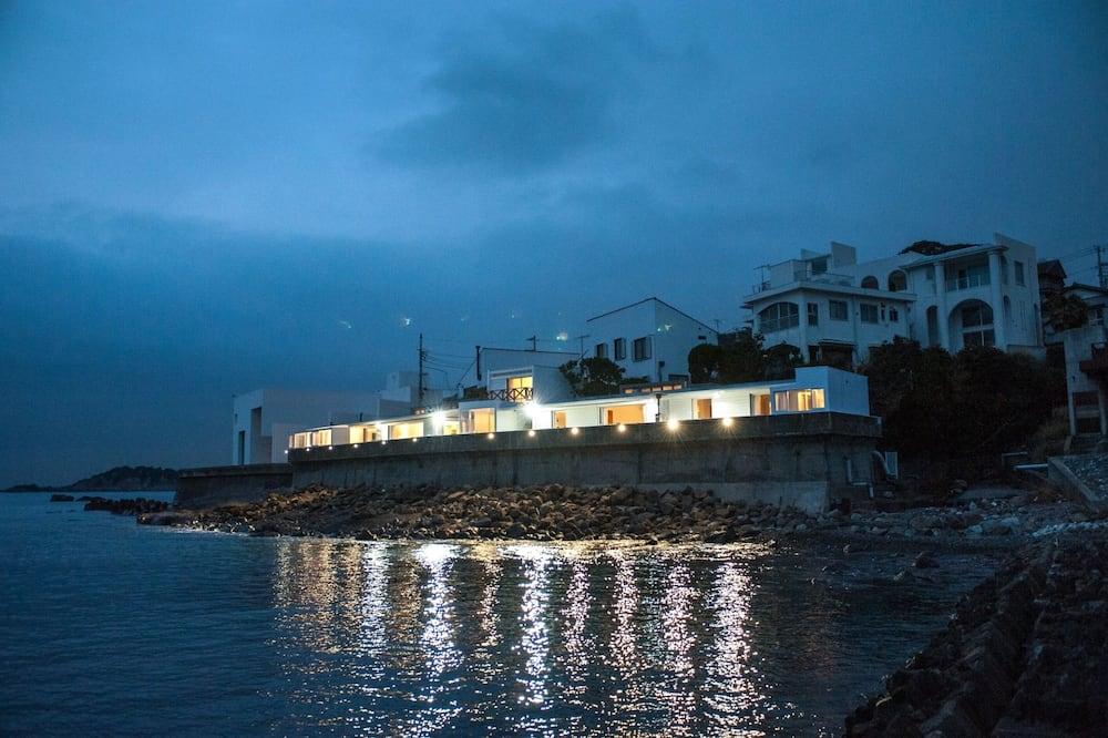 Hotellets facade - aften/nat