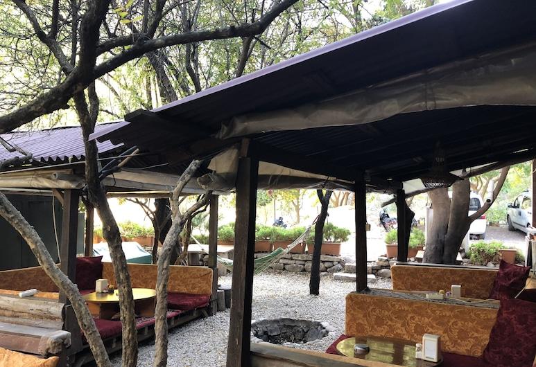 أوليمبوس فارونا بنسيون, كوملوكا, حديقة