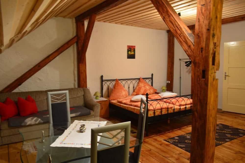 غرفة كلاسيكية رباعية - سرير ملكي مع أريكة سرير - منظر للمدينة - غرفة معيشة