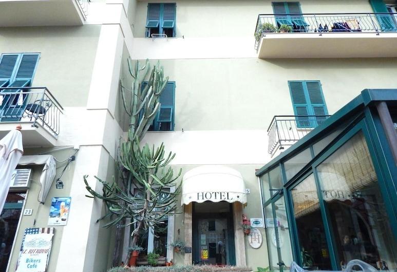 อัลแบร์โก โตริโน, Albenga, ด้านหน้าของโรงแรม
