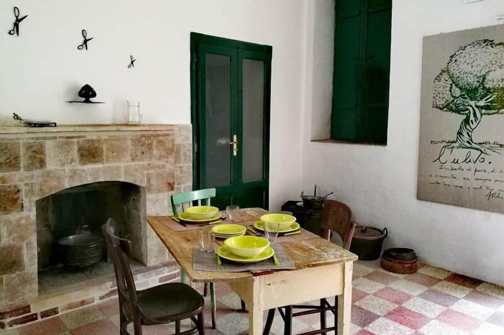 Kolmen hengen huone, Näköala puutarhaan - Ruokailu omassa huoneessa