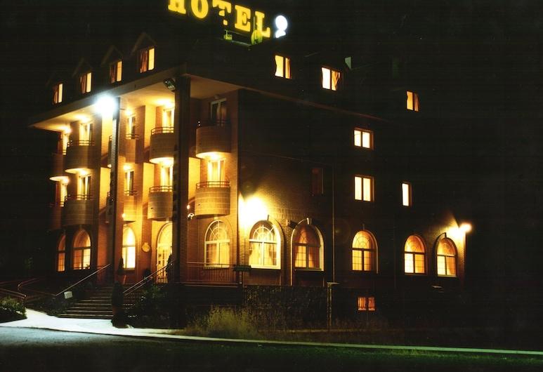 Hotel Avenida III, Villadangos del Páramo, Hotelfassade am Abend/bei Nacht