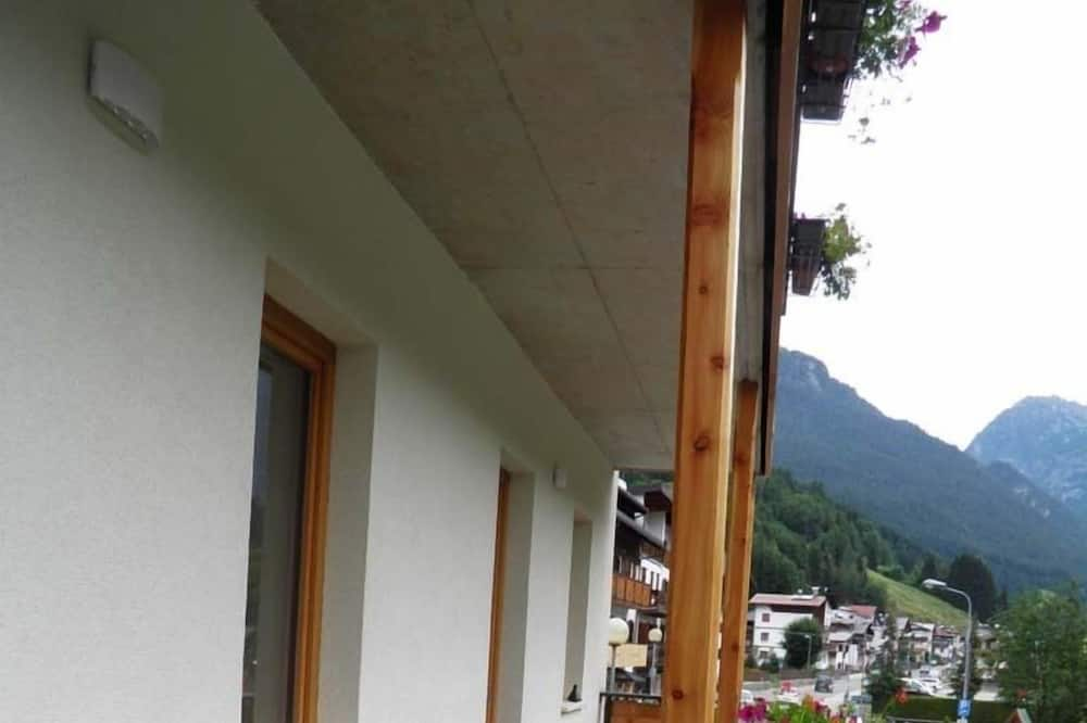 Kambarys (1 dvigulė / 2 viengulės lovos) - Vaizdas iš balkono