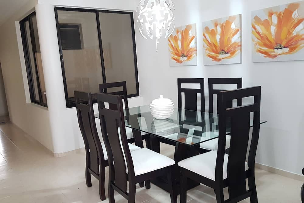 Comfort Apartment, 3 Bedrooms, Non Smoking - In-Room Dining