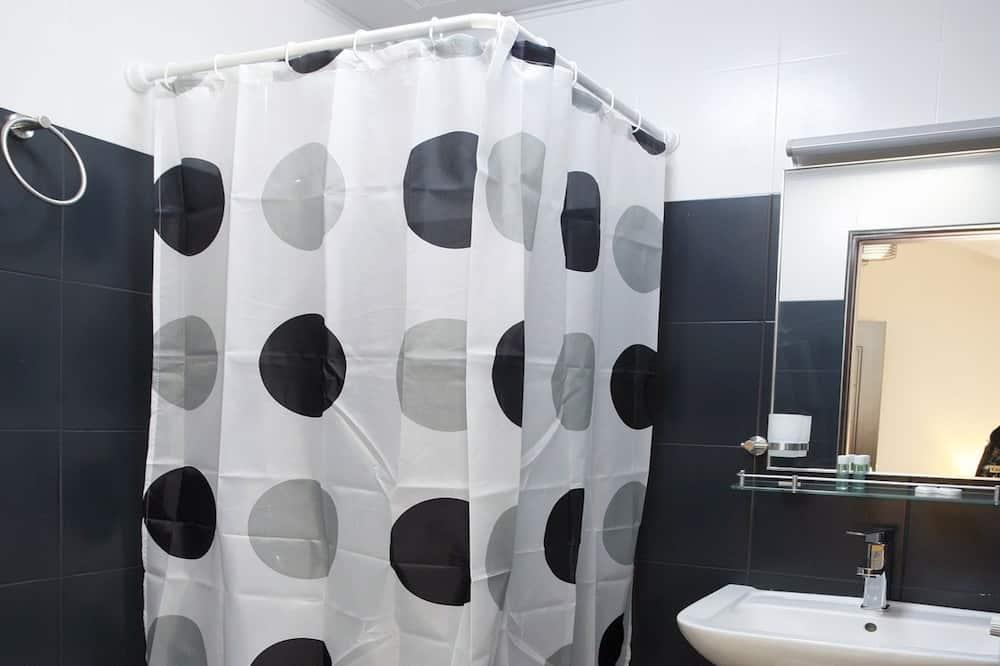 Štandardná izba s dvojlôžkom alebo oddelenými lôžkami (Mansard) - Kúpeľňa