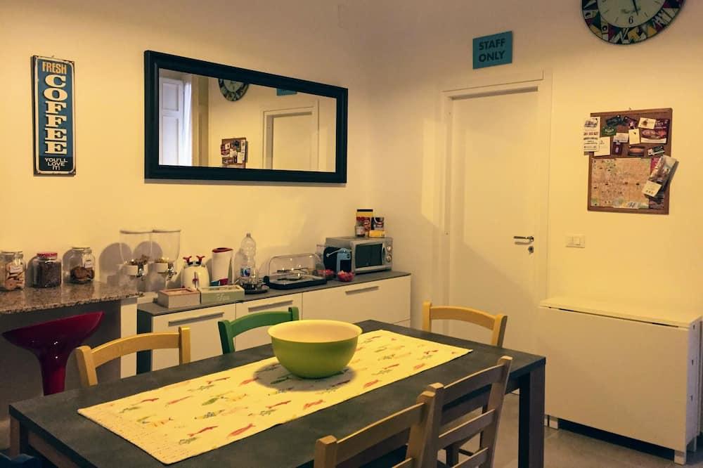 Basic Double Room Single Use, Private Bathroom - Ruang Tamu
