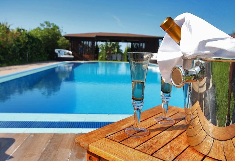 Large Luxury Villa With Private Pool, 4 Bedrooms, 4 Baths Wifi Bbq, Near the SEA, ترابيا, حمام سباحة
