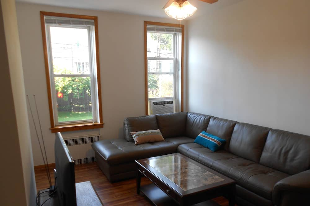 Family Apartment, 2 Bedrooms, Non Smoking - Living Room