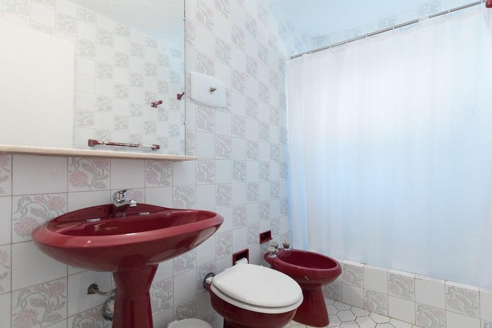 Kahden hengen huone, 1 keskisuuri parisänky, Tupakointi kielletty, Näköala puutarhaan - Kylpyhuone