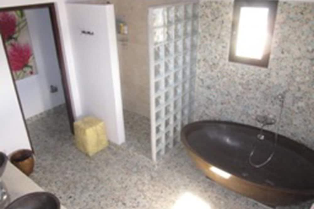 דופלקס דה-לוקס, 2 מיטות קווין, למעשנים, נוף לים - חדר רחצה