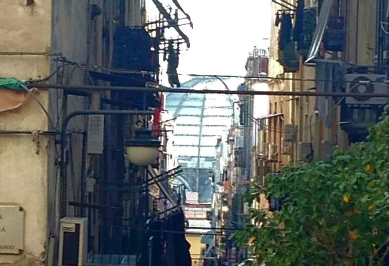 Io sto vicino a te, Naples, Exteriér