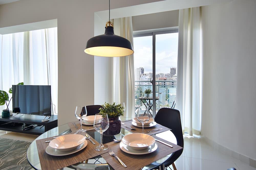 Luxus apartman, erkély, kilátással a városra - Étkezés a szobában
