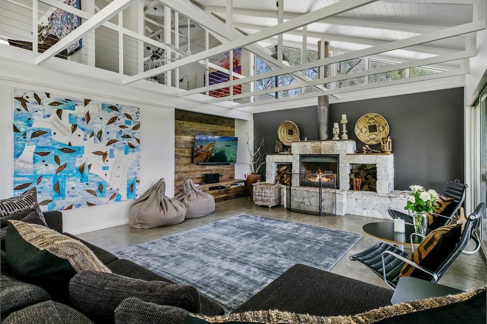 Family House, Fireplace, Pool View - Ruang Tamu