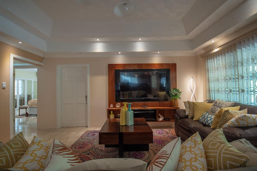 Luxury House, Multiple Beds, Non Smoking - Living Room