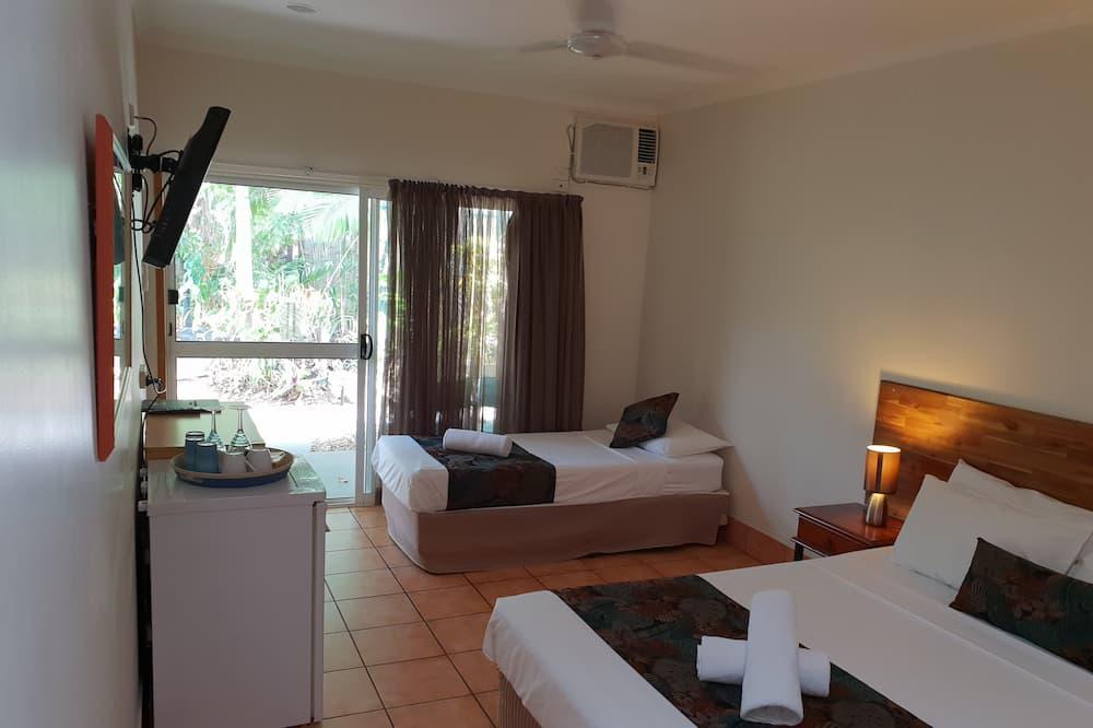 Chambre Confort avec lits jumeaux, plusieurs lits, vue piscine - Vue sur le jardin