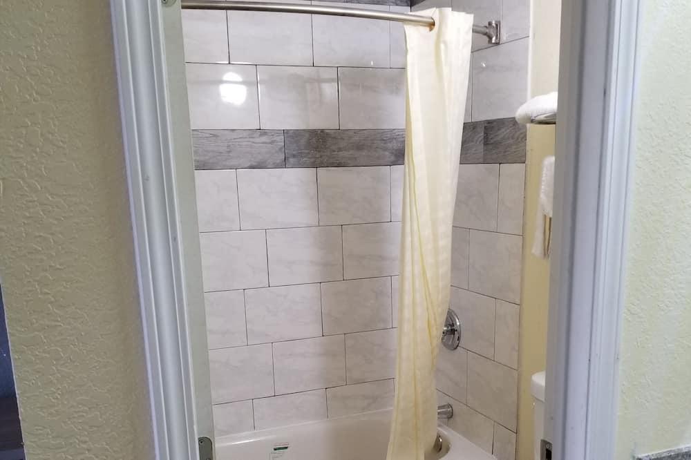 Economy Single Room, 1 King Bed, Non Smoking - Bathroom