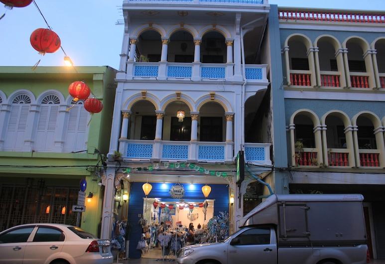 Thalang Guesthouse, Phuket, Hotelfassade am Abend/bei Nacht