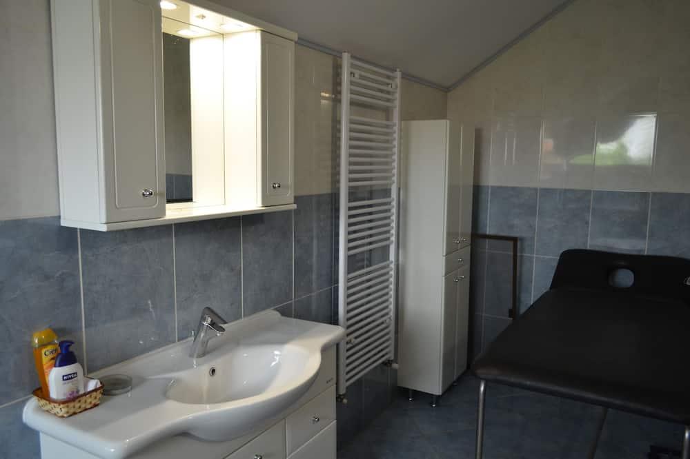 Kambarys mieste, 1 standartinė dvigulė lova - Vonios kambarys
