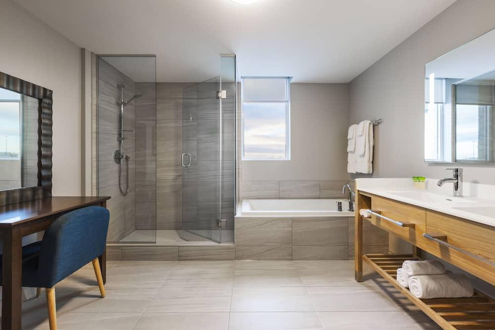 Мансардний номер категорії «Superior», 1 ліжко «кінг-сайз» та розкладний диван - Ванна кімната