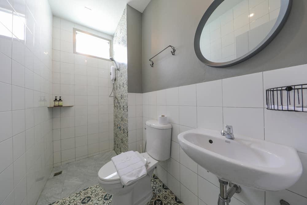 Standard Triple Room, Multiple Beds, Non Smoking - Bathroom