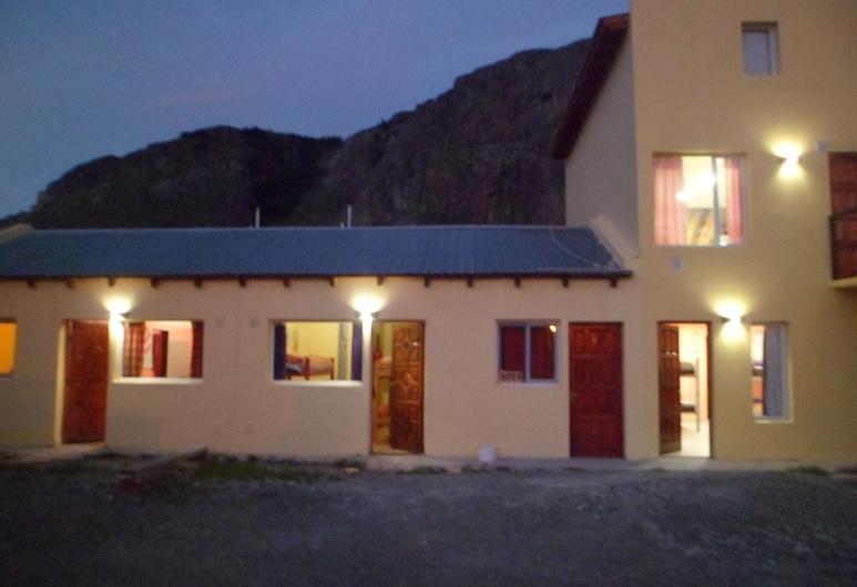Milenarios Hostel, El Chalten, Fassaad õhtul/öösel