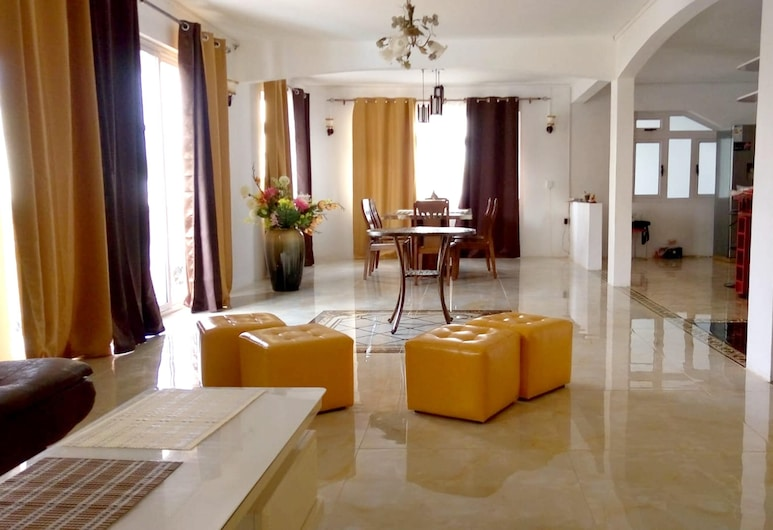 Apartment With 3 Bedrooms in Les Plaines Saint-pierre Flic en Flac, With Shared Pool, Enclosed Garden and Wifi - 800 m From the Beach, Flic-en-Flac, Sala de Estar