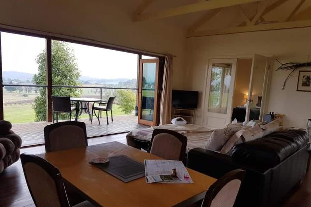 Classic Cottage, 1 Queen Bed with Sofa bed, Vineyard View - Living Area