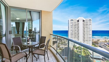 Enter your dates for special Surfers Paradise last minute prices