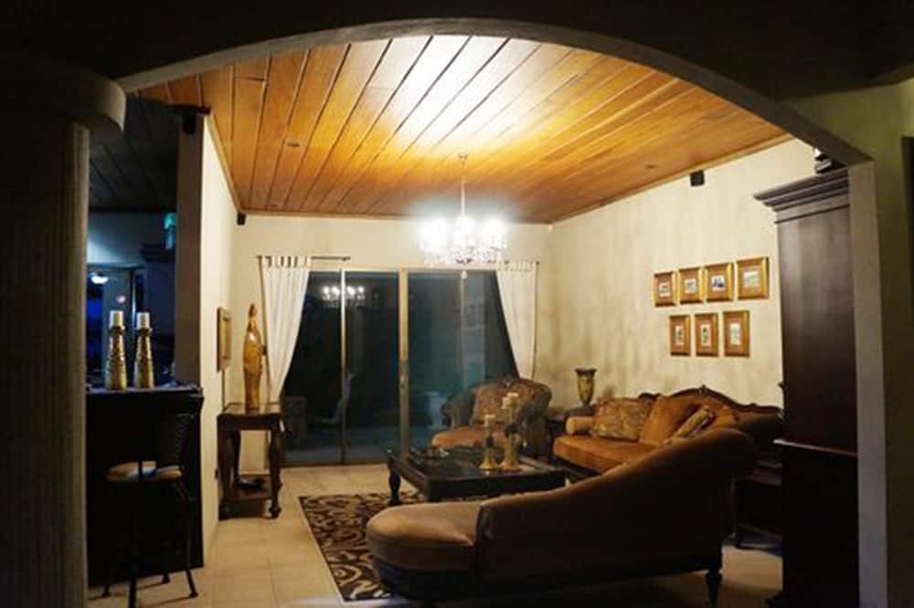 Comfort Villa, 1 King Bed, Accessible, Mountain View - Living Area