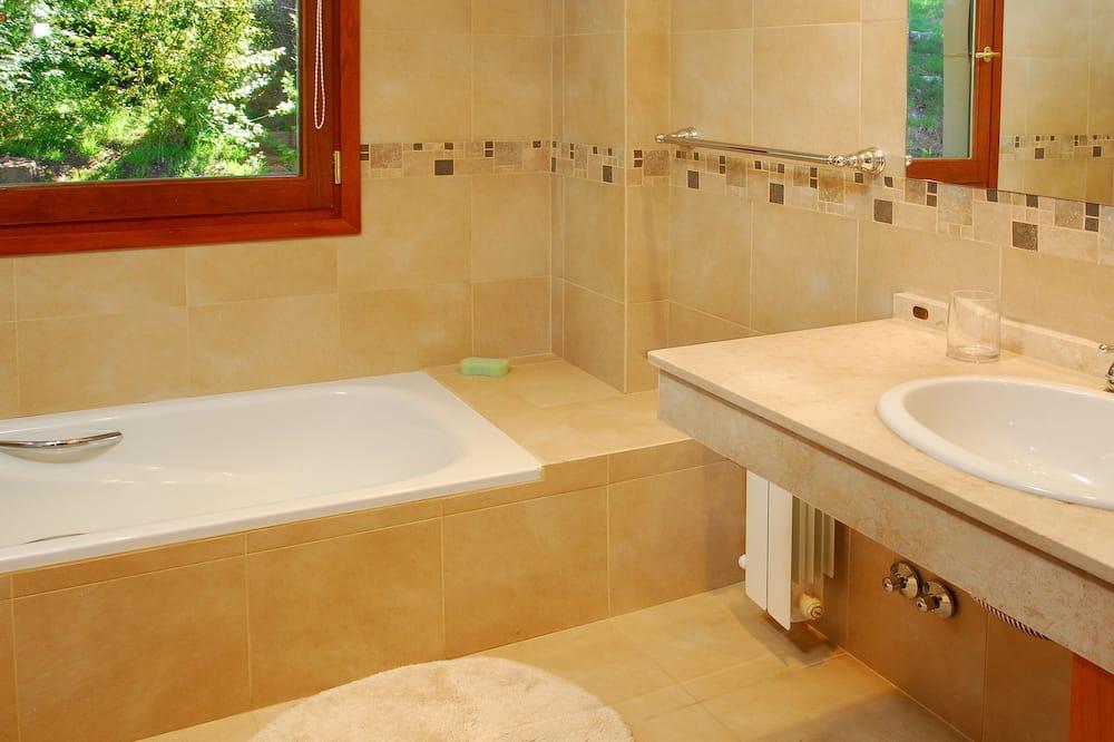 Коттедж «люкс», 4 спальни, вид на озеро - Ванная комната