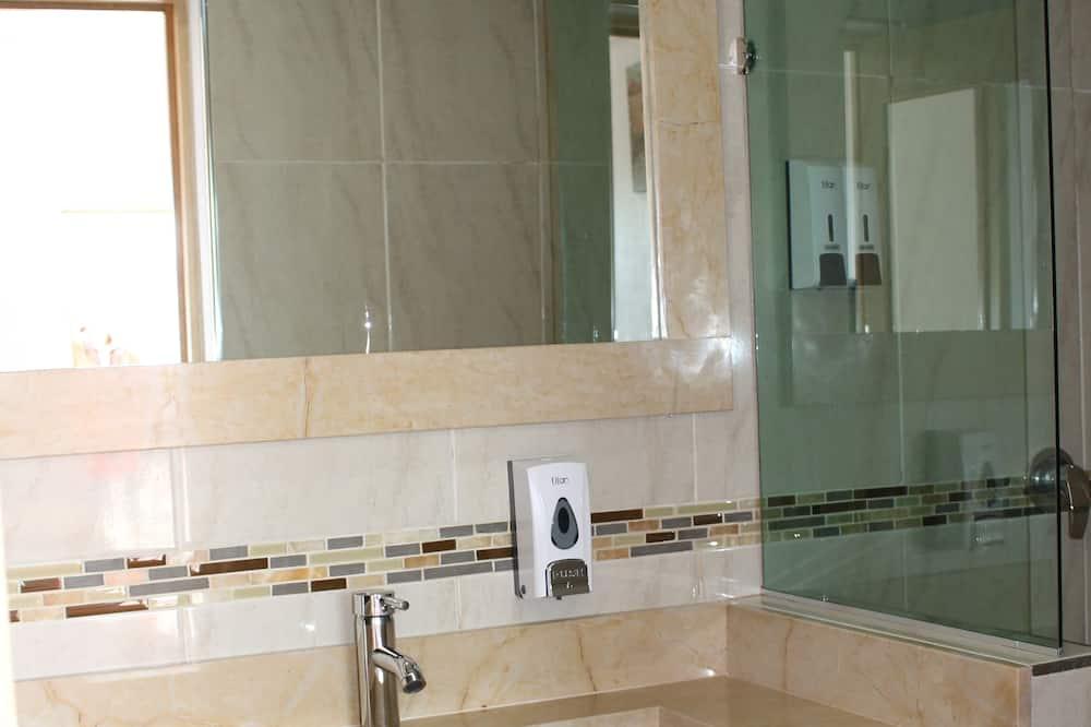 Double Room, 2 Queen Beds, Accessible - Bathroom