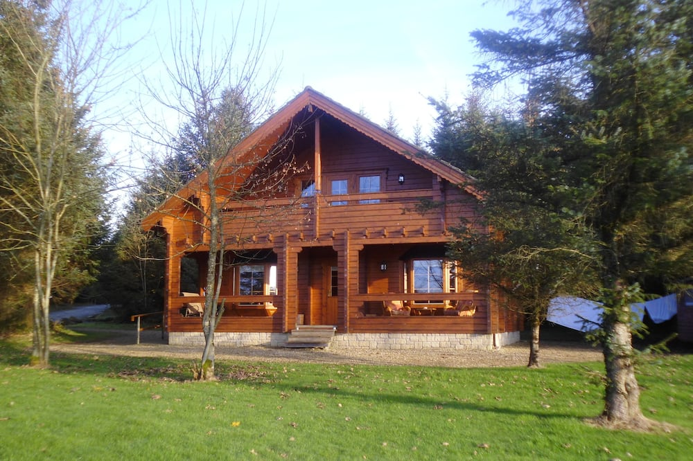 Luxurious Riverfront Log Cabin set in a Tranquil Woodland Location
