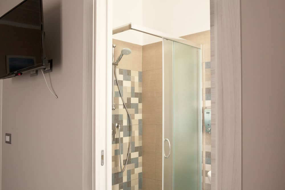 Triple Room, Multiple Beds, Non Smoking - Bathroom Shower