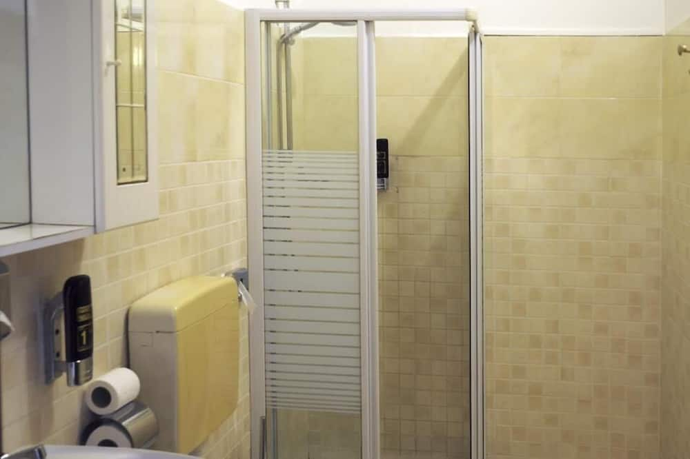 غرفة رباعية بتجهيزات أساسية - عدة أسرّة - لغير المدخنين - الدش داخل الحمام
