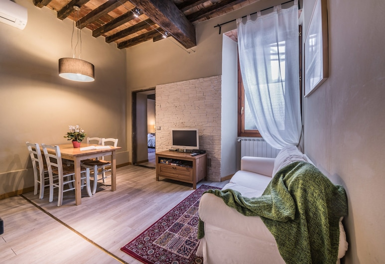 A Few Steps to The Duomo Enchanting 2BD Apt, Florence, Apartment, 2 Bedrooms, Living Area