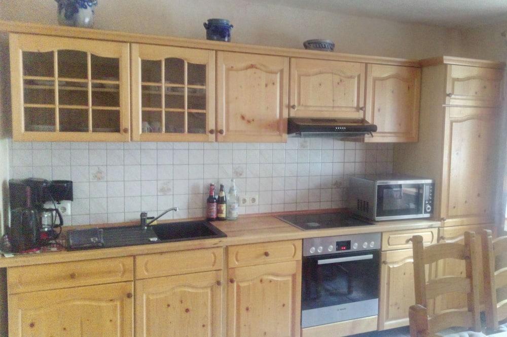 דירה, נוף לגן - אזור אוכל בחדר