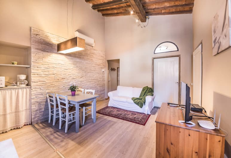 A Few Steps to The Duomo Beautiful 2BD Apt, Florence, Apartment, 2 Bedrooms, Living Area