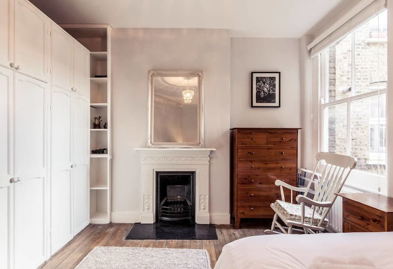 2 Bedroom Apartment With Balcony Near Battersea Park, London, Kamar