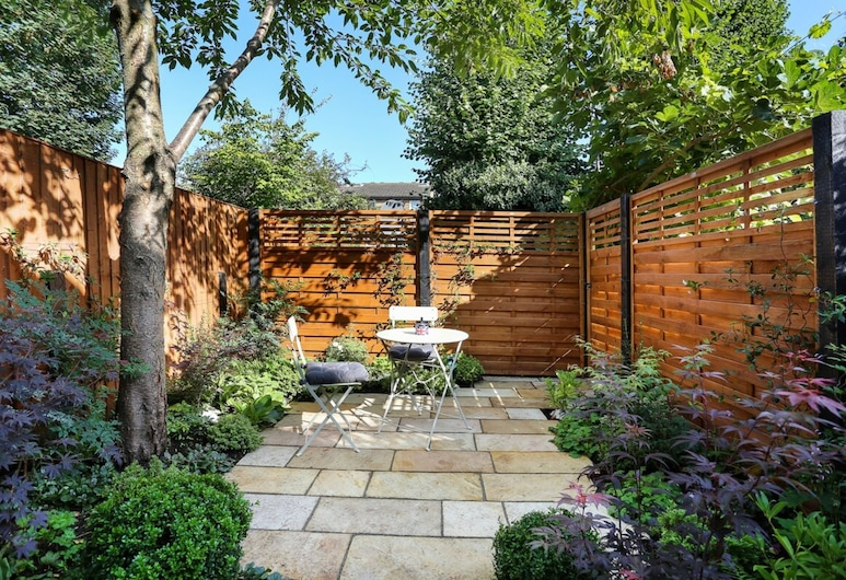 Beautifully Styled, Modern Apartment With Garden, Londra