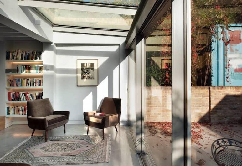 3 Bedroom Home in London Fields Sleeps 5, London, Living Area