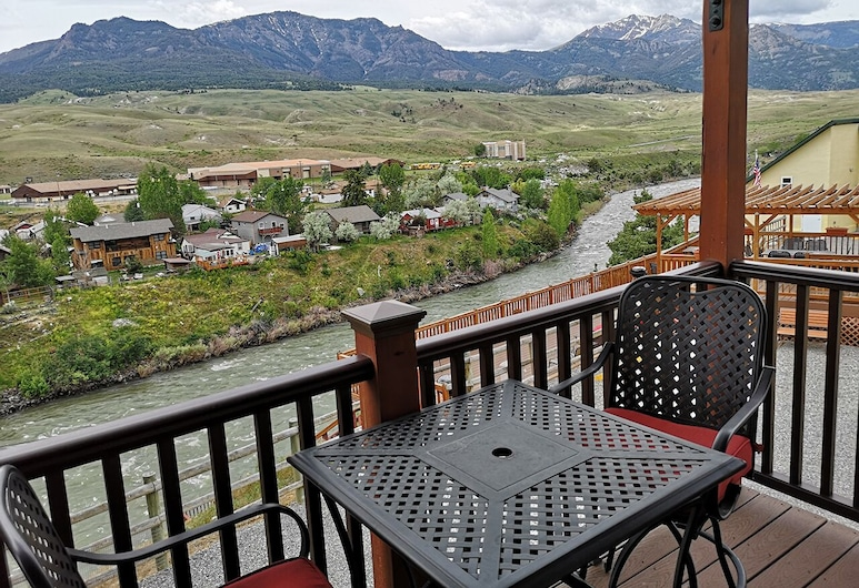 Yellowstone Riverside Cottages, Gardiner, Superior Suite, Multiple Beds, Non Smoking, River View, Balcony